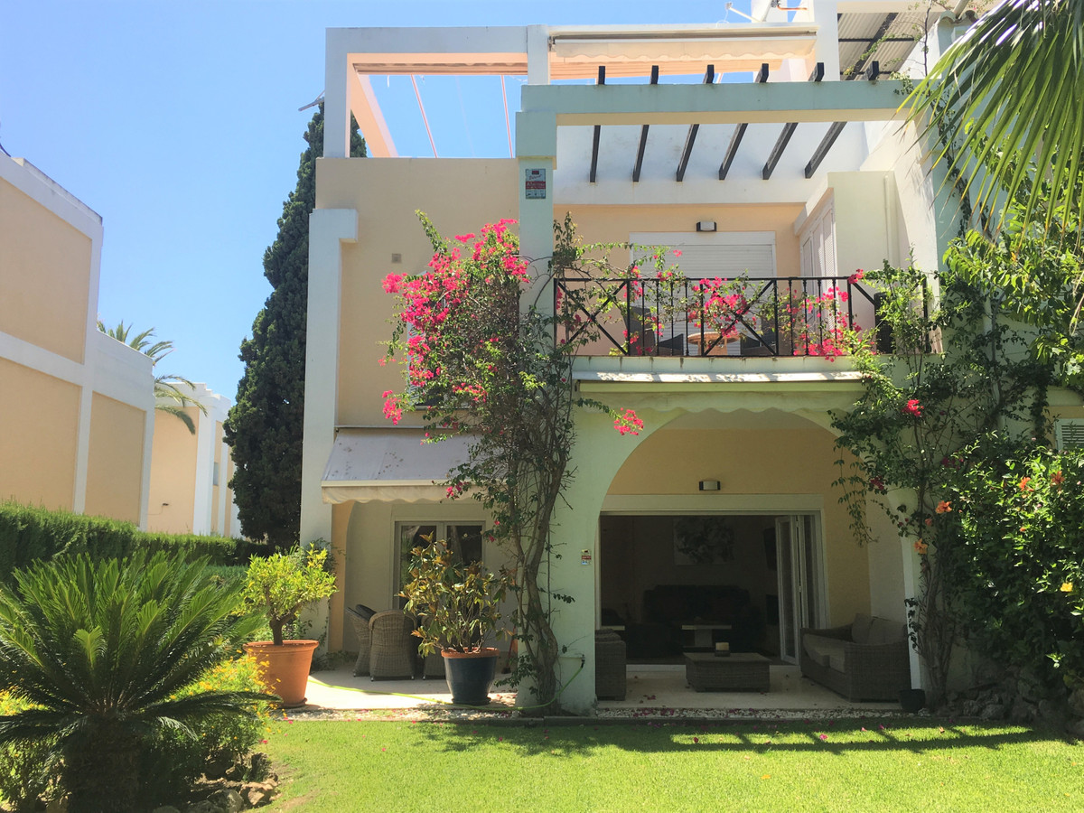 Stunning 3 bed townhouse located in La Quinta, in a small gated community with good communal areas, , Spain