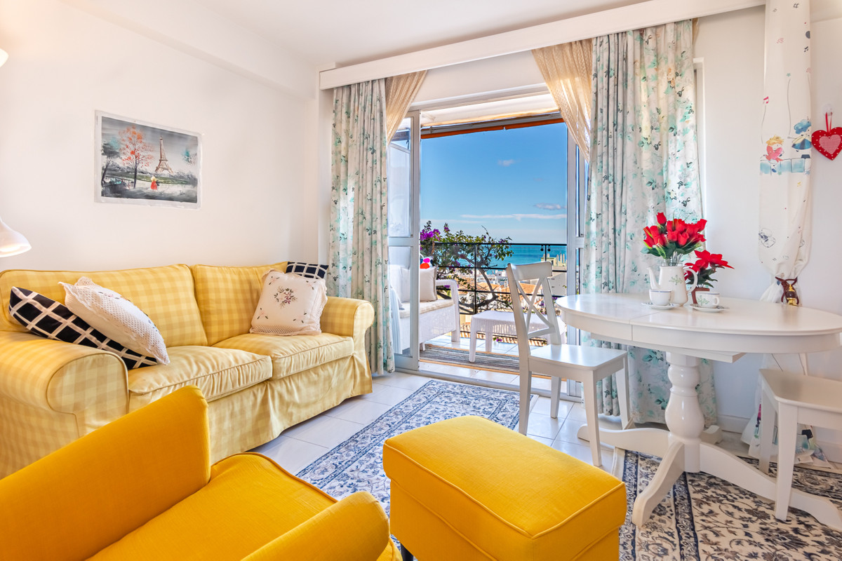 Nice top floor studio whit fantastic sea views, located at only 500m from the beach in the famous La,Spain