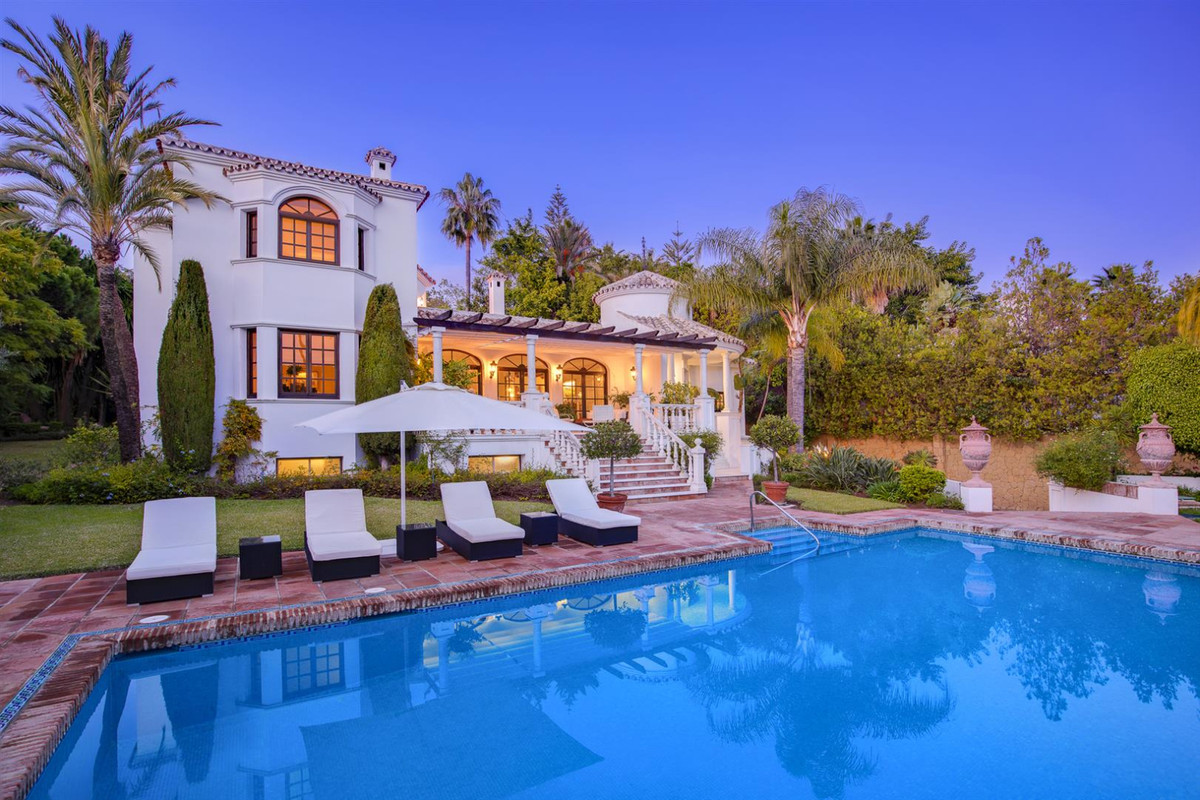 An Italian Dream in El Paraiso Bajo  A magnificent South oriented villa bright and spacious and surr,Spain