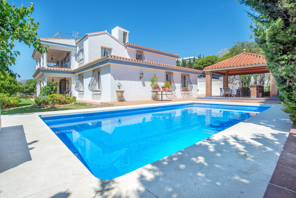 Detached Villa for sale in Marbella R3695117