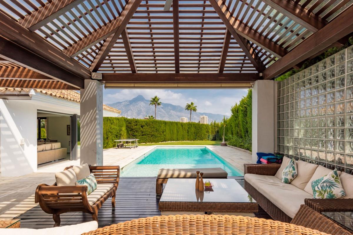 Detached Villa for sale in Nueva Andalucía R3940033