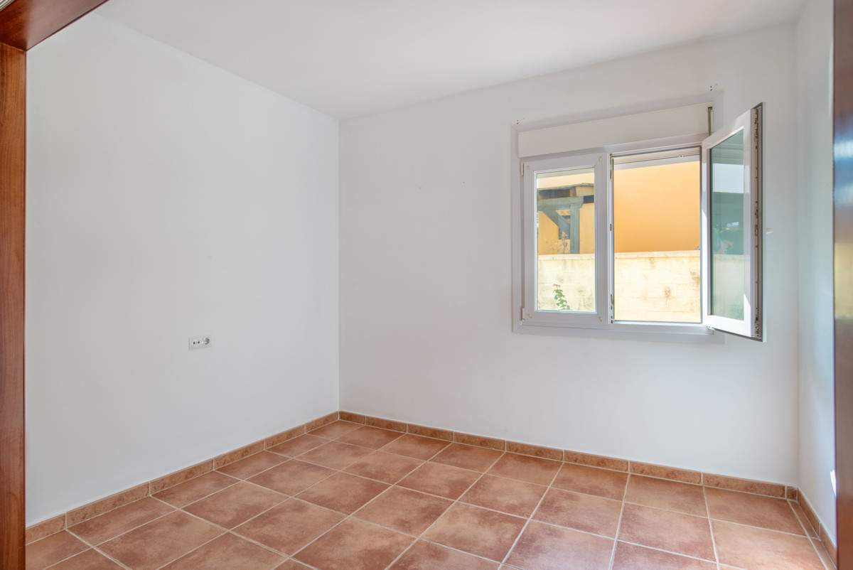 Semi-detached house in excellent condition, near the beach and downtown. Sun all day, since it is bu,Spain
