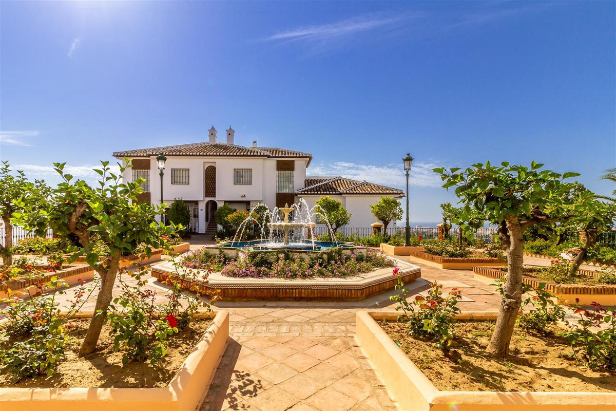 Beautiful and bright townhouse in very quiet urbanization. Divided into 2 floors, on the main floor ,Spain