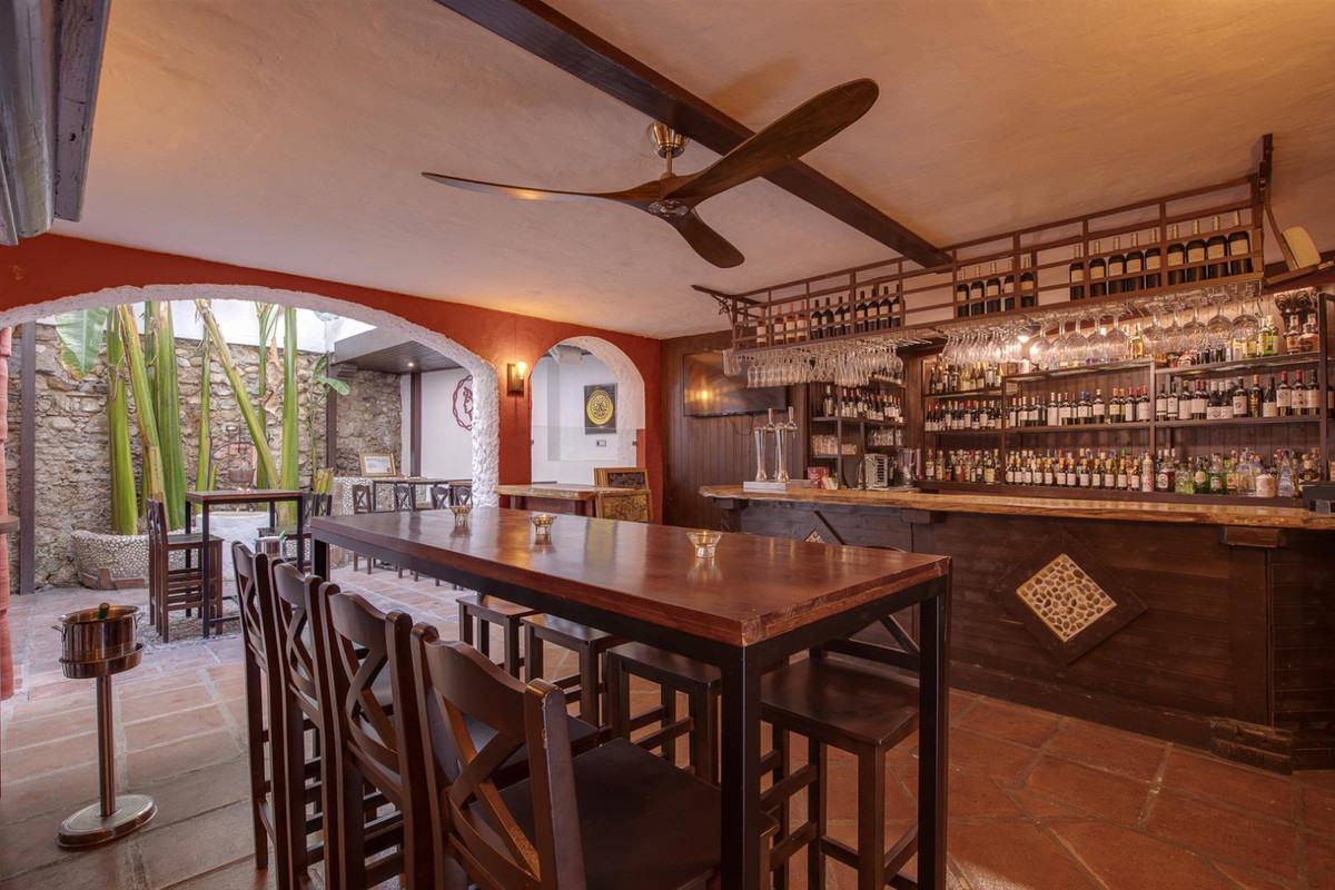 BUSINESS FOR SALE  Commercial premises on LEASEHOLD. Restaurant-wine club, Pub, Chill out. Orange Sq, Spain