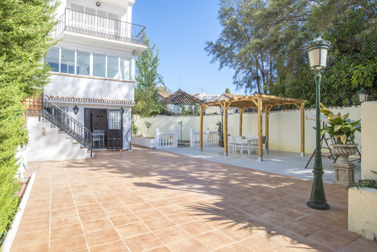 We present you this fantastic house of 322 m2 of plot, south facing, large private patio with barbec,Spain