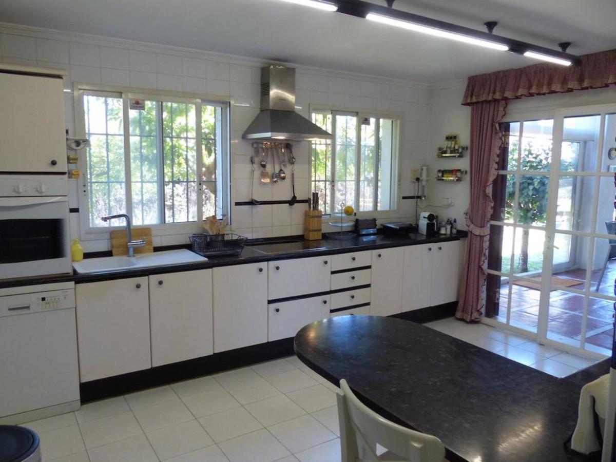 R3595846 | Detached Villa in Marbella – € 1,000,000 – 5 beds, 3 baths