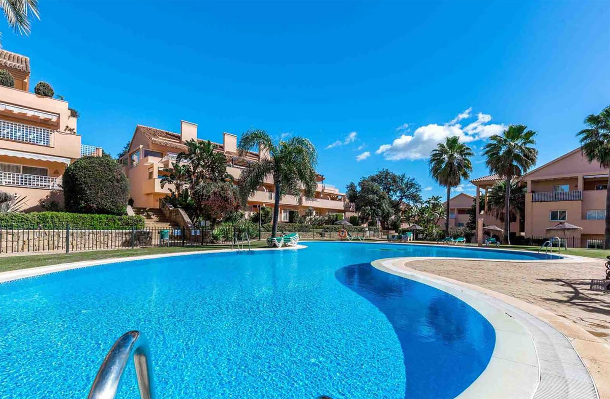 Excellent opportunity! Luxury apartment in one of the best complex and sought after in Elviria. This,Spain