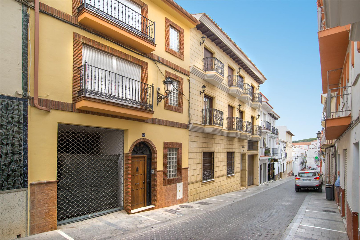 BUILDING IN THE HEART OF ALHAURIN EL GRANDE Building with 2 apartments and a commercial space in the, Spain