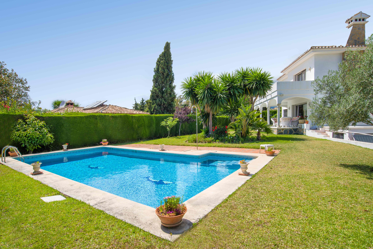 Beautiful villa in a great location, very close to Puerto Banus, in Aloha (Nueva Andalucia) with stu, Spain