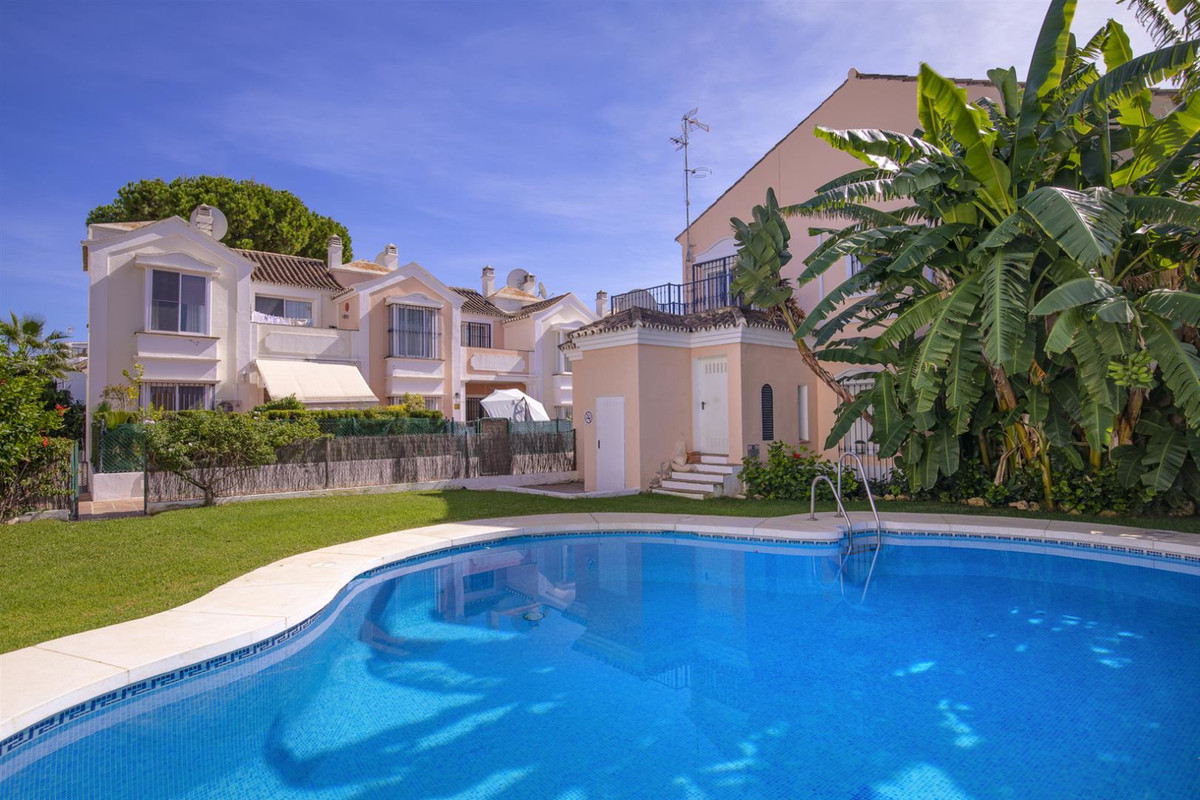 A bright and spacious corner townhouse in a small and family oriented gated community. With 3 bedroo, Spain