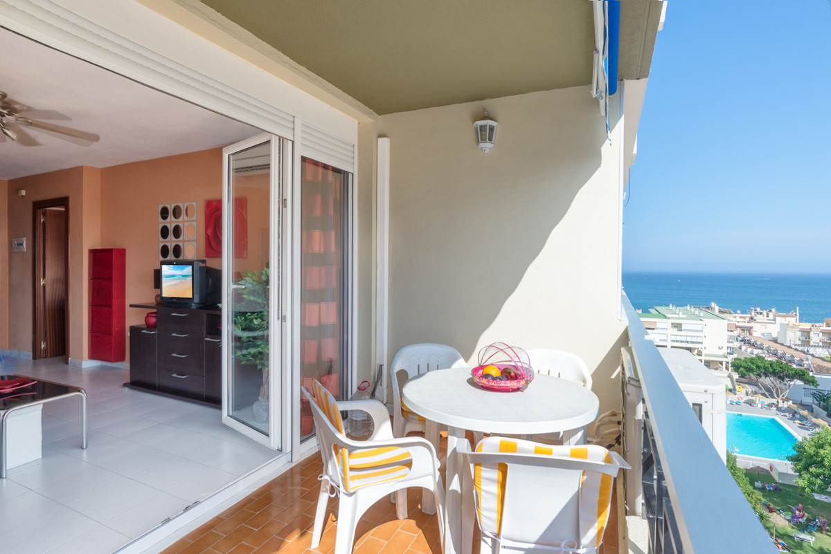 This apartment is located in La Carihuela downtown, just 200 meters from the beach. Its large window, Spain