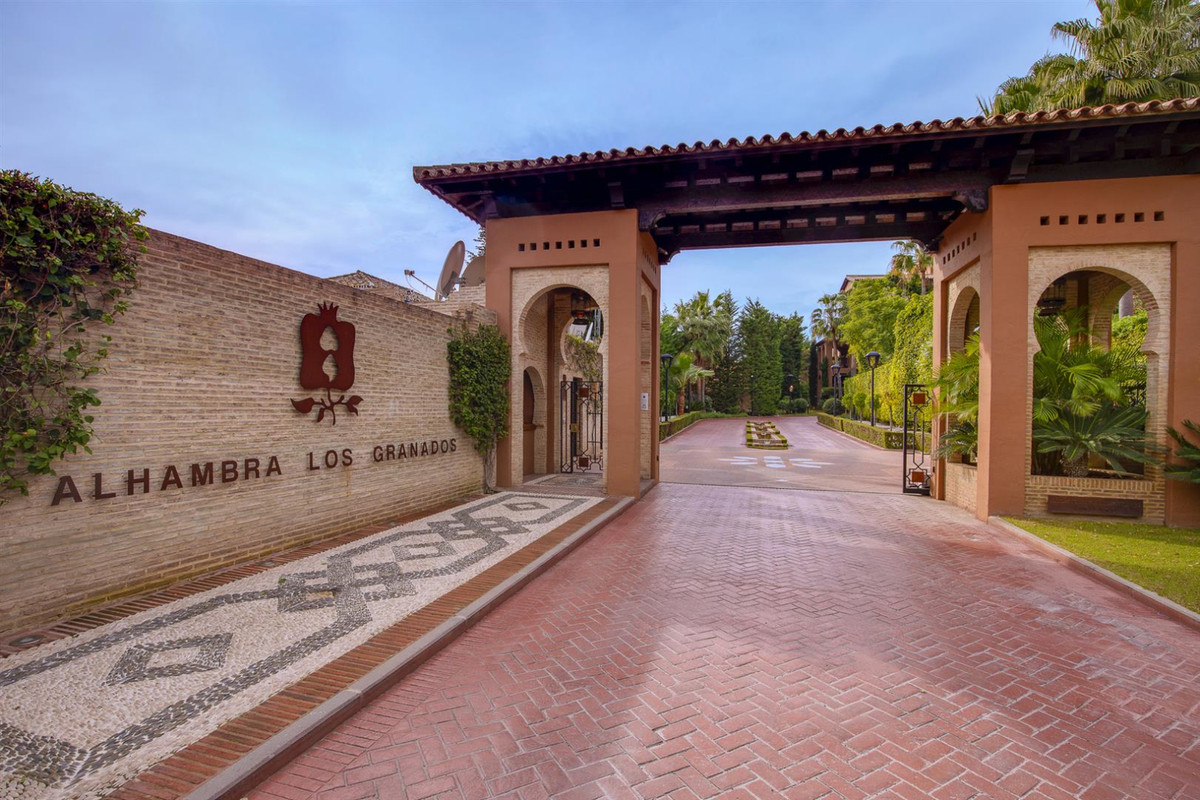 Take advantage of this rare opportunity to purchase a property in Alhambra Los Granados, one of Casa,Spain