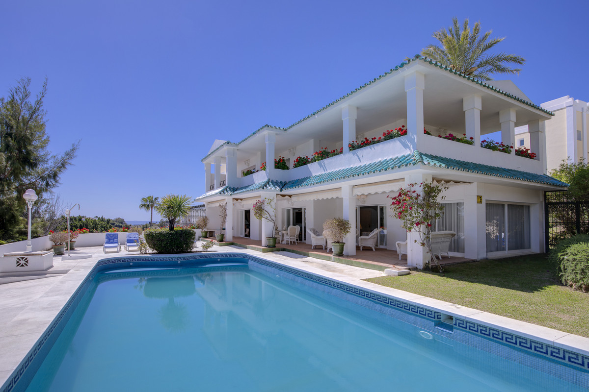 Rare opportunity to purchase an impressive corner semi-detached house, with 375 square meters built ,Spain