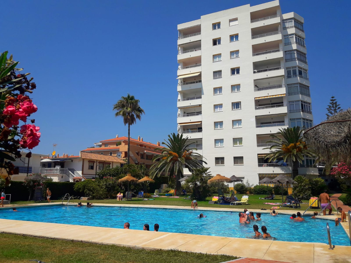 A great investment opportunity with this one bedroom studio apartment in Urb. Butiplaya - La Cala.  ,Spain