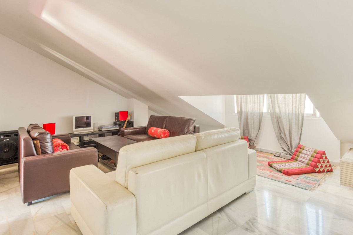 Enjoy this fantastic penthouse located in a privileged area. Large living room, American kitchen, ba, Spain
