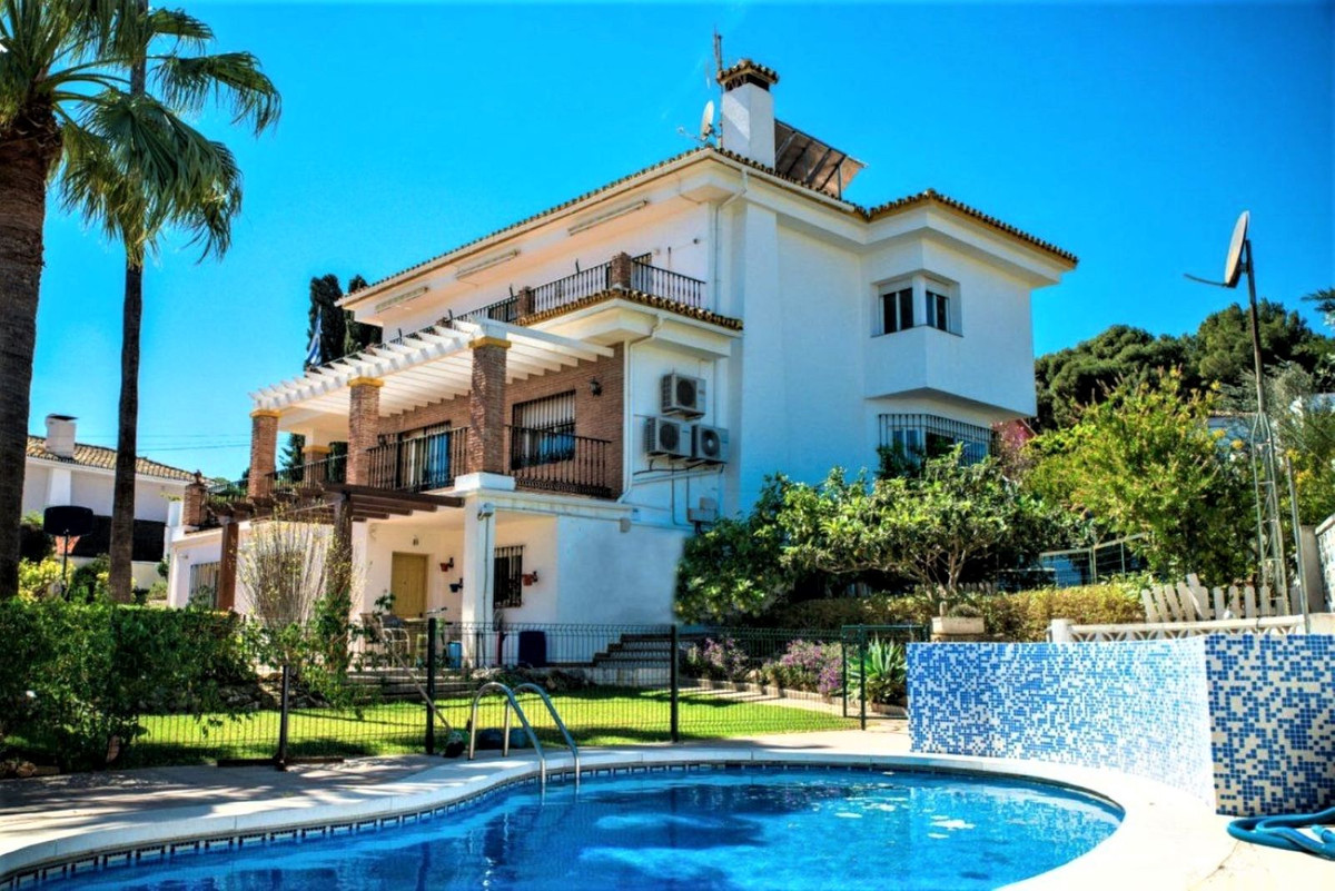Nice independent villa ten minutes from the city center, very quiet area and at the same time with q, Spain