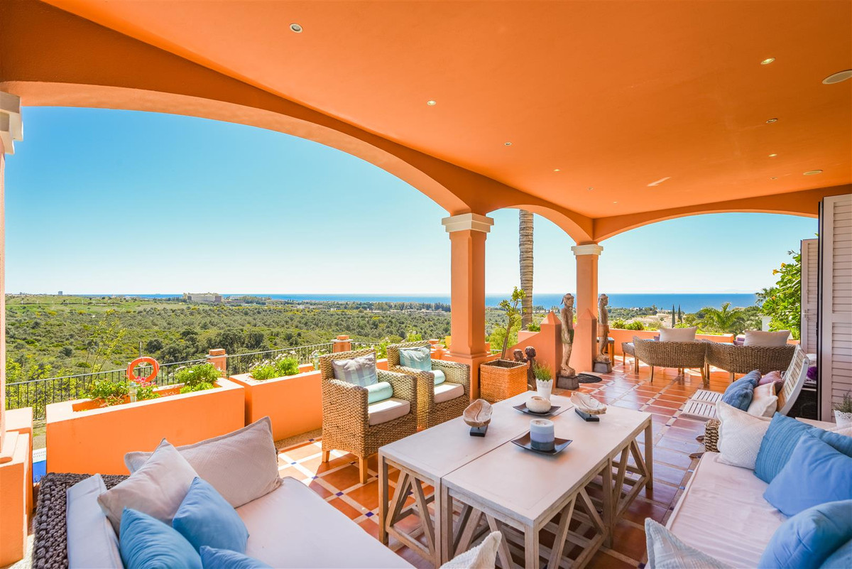 Beautiful and well-appointed villa set in a quiet and secure area. The house is nicely built with to, Spain