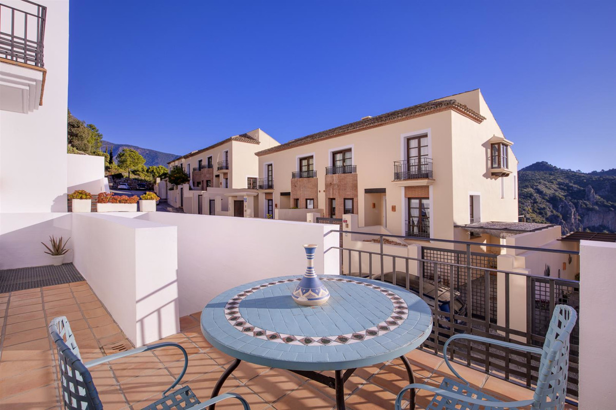 Spacious and bright townhouse in El Casar, one of the most sought after urbanizations in Benahavis f, Spain
