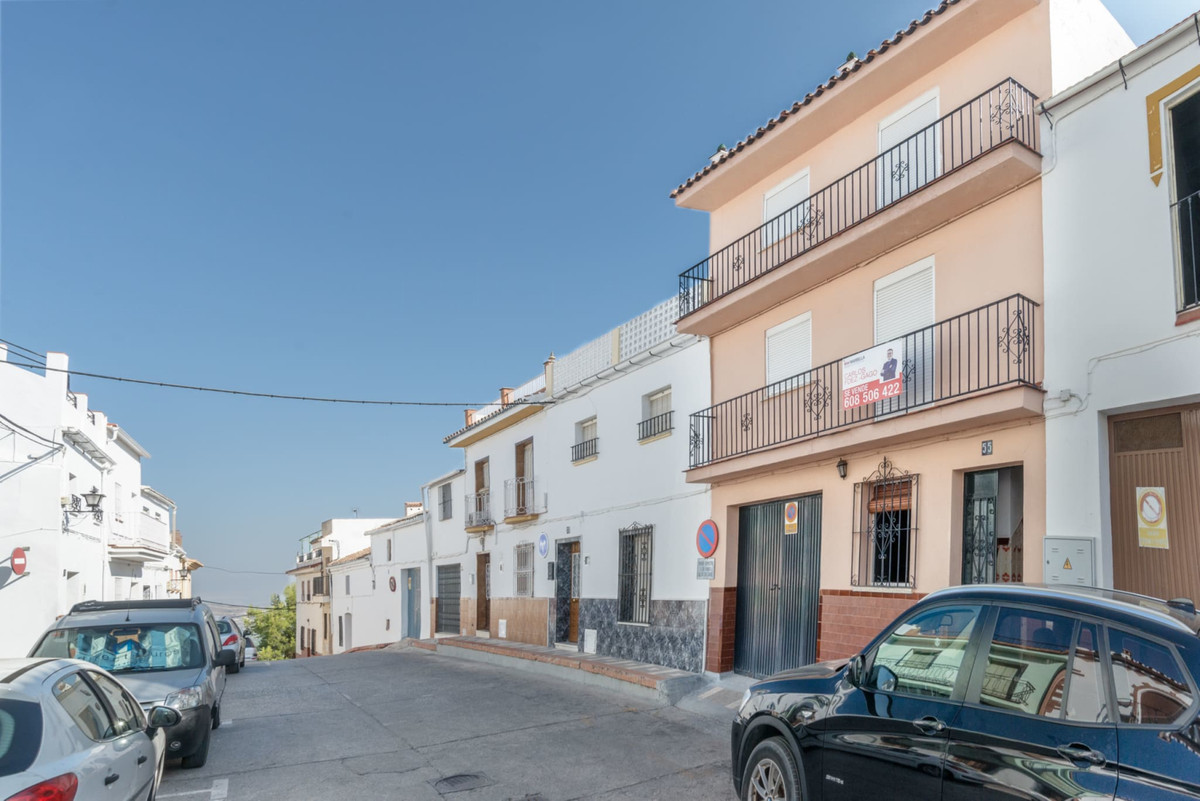 Lovely townhouse to reform, located in the historic center of Alhaurin el Grande, just next to the t Spain