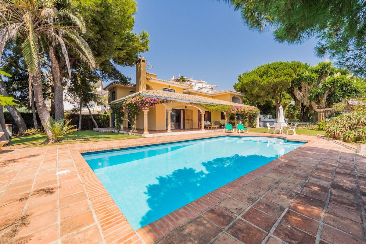 Great plot of a total of 2060 m2 with a Villa of 274m2 in one of them. Close to services and the bea,Spain