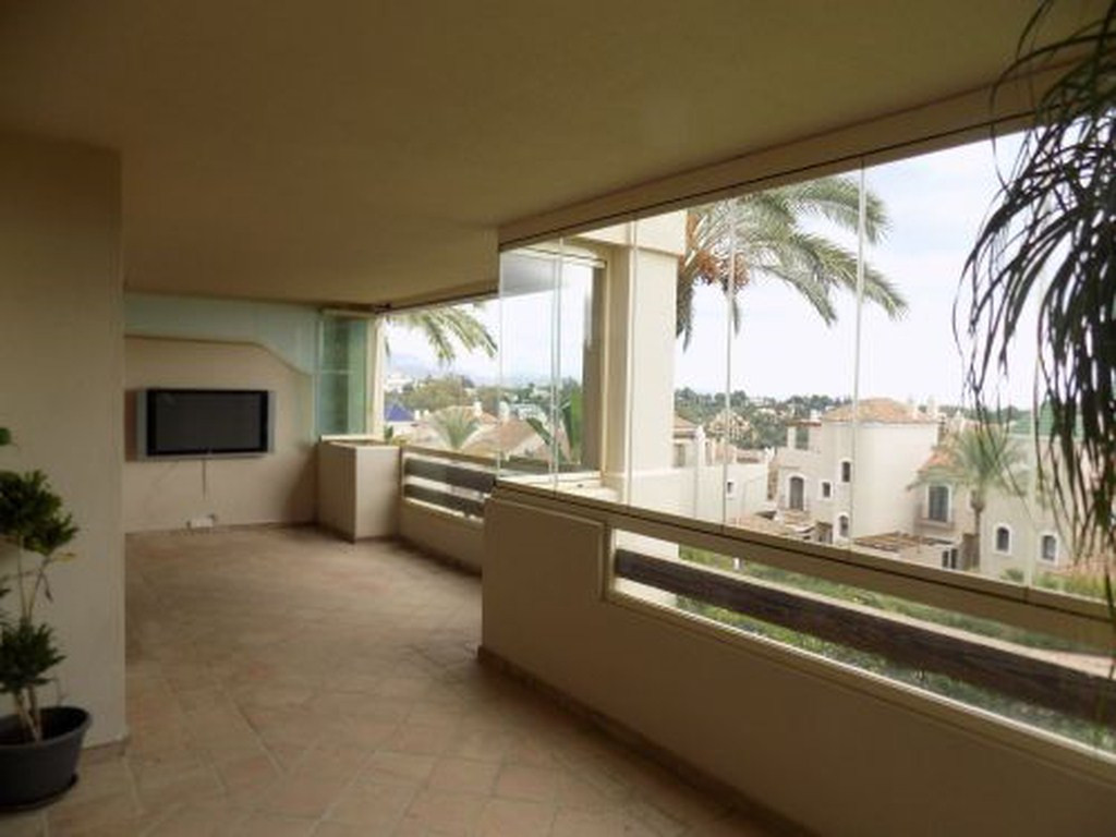 Beautiful apartment in the El Paraiso Urbanization of Estepona. It is located less than five minutes Spain