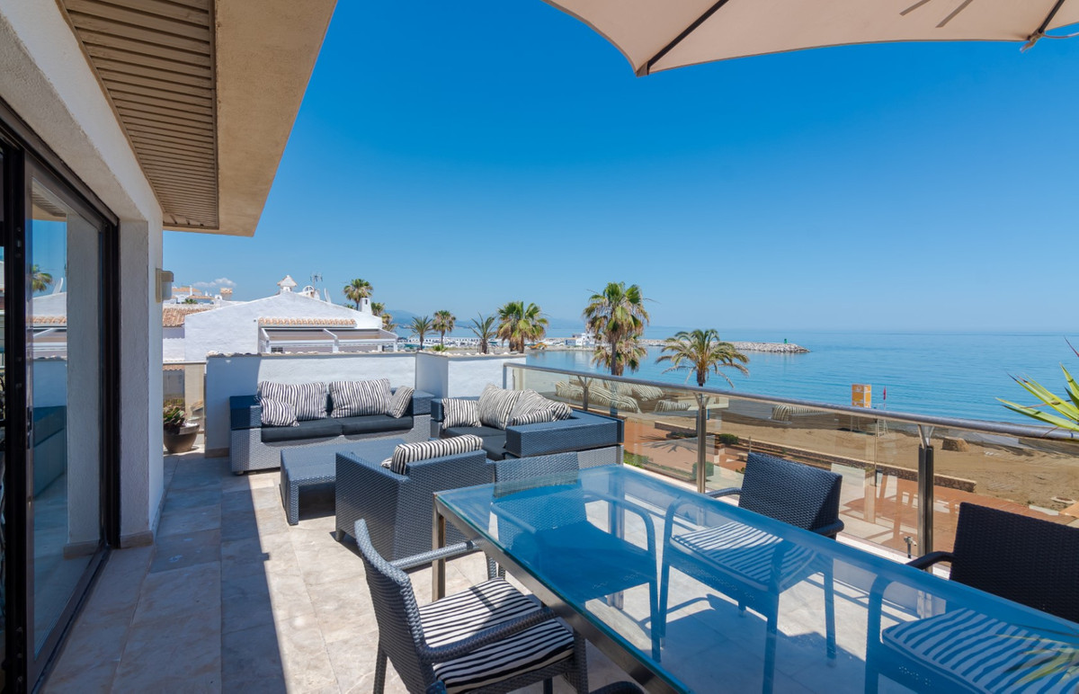 This luxury apartment is located in a first class, front line beach community with unprecedented sea, Spain