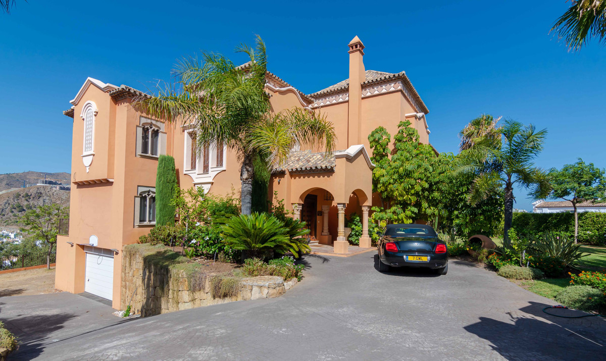 ELEGANT FOUR BEDROOM PRIVATE FAMILY VILLA IN LA QUINTA If you are searching for special family home,,Spain