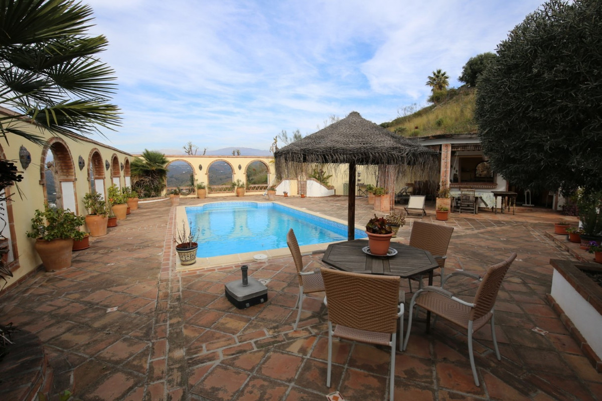 This beautiful property of 6,000 m2 offers a wonderful view of nature. An individual villa of 230m2 ,Spain