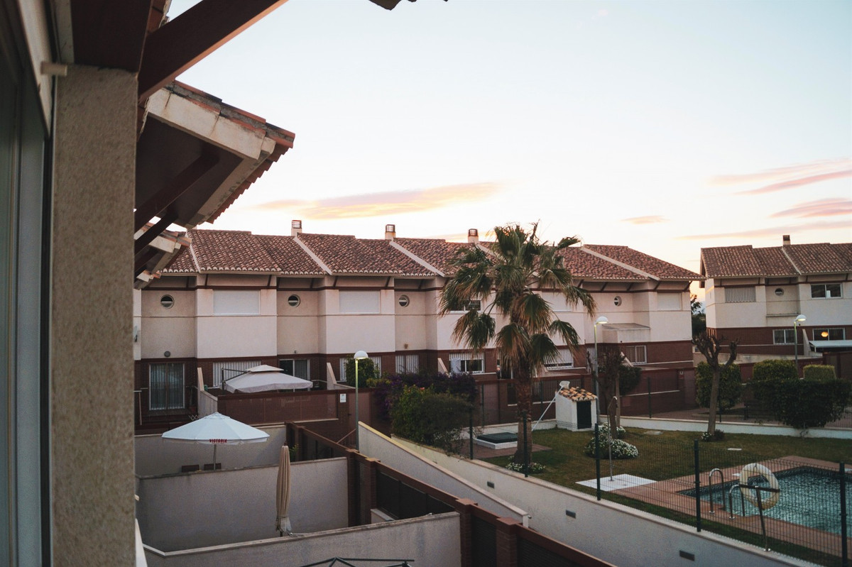 This beautiful house is located in a quiet area, very close to Baviera Golf. The terraced house offe,Spain