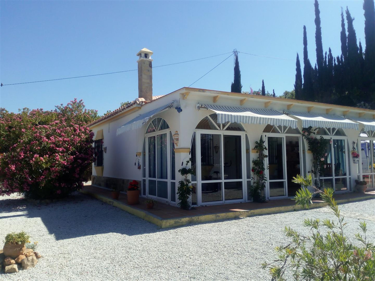 Consists of two bedrooms, one of them with bath in suite, living room with fireplace and open plan k,Spain