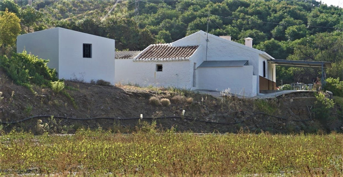 In front of the house there is a covered terrace with south/west exposure, where one can enjoy cosy ,Spain