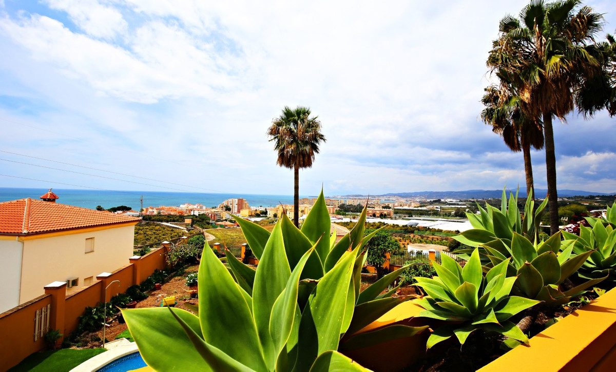 Just a few steps from the sea you will find this exclusive 245m2 villa in Mezquitilla. On the first ,Spain