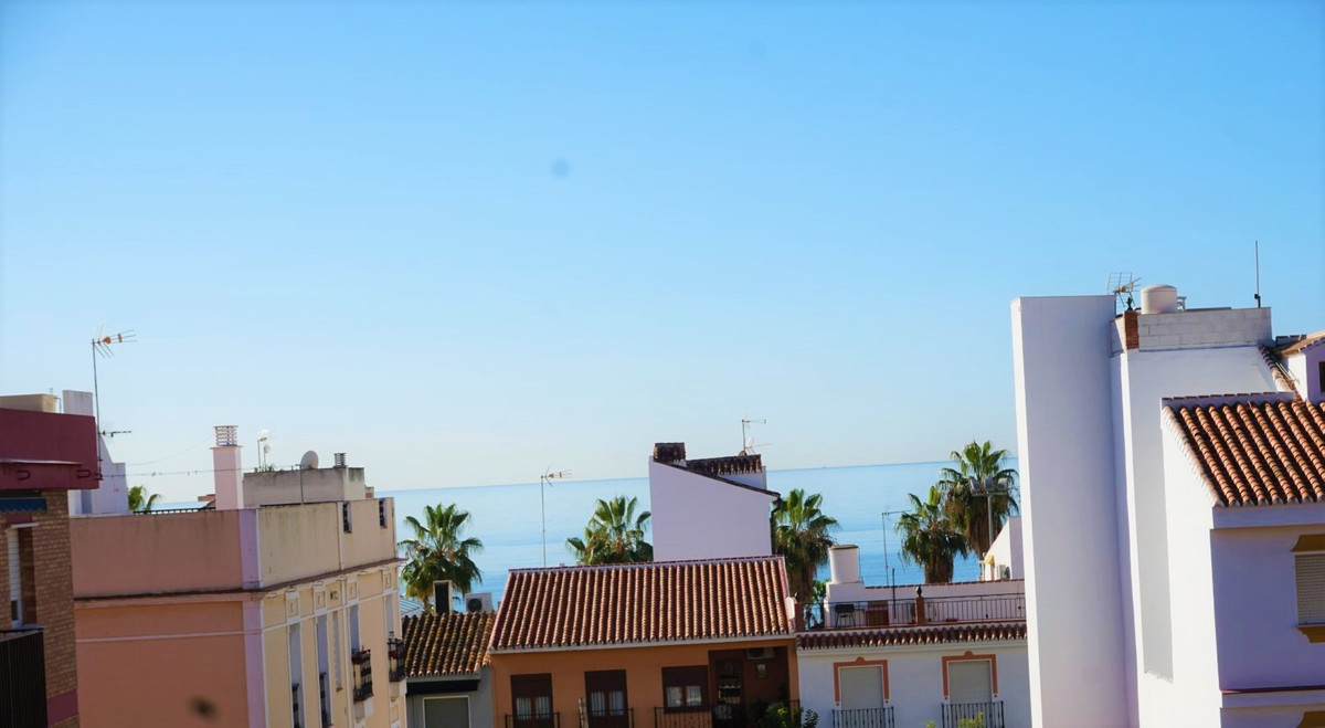 Nice 4 bedroom flat with sea views at an unbeatable price, in Caleta De Velez     Large, very bright, Spain