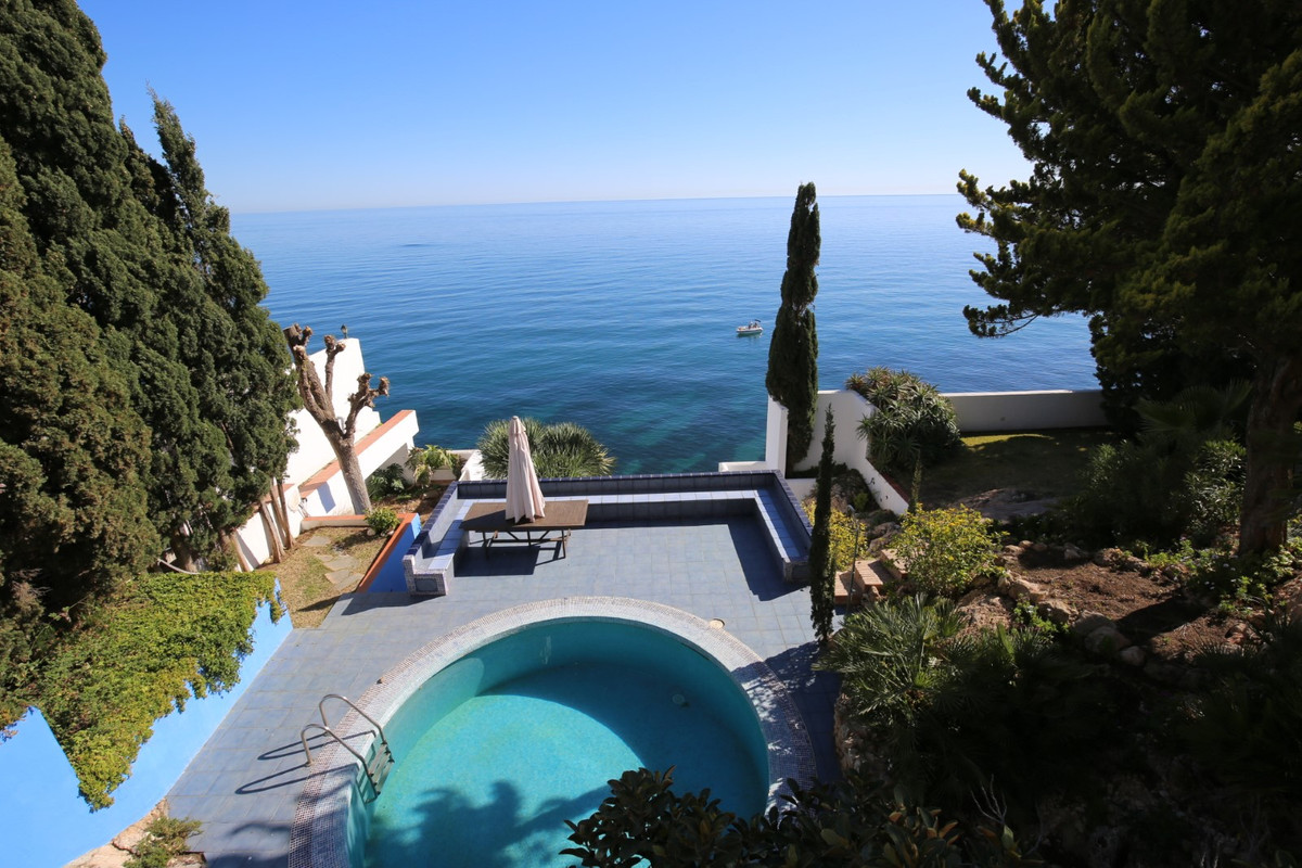 Exclusive villa professionally planned with unique and privileged location with unbeatable views of ,Spain