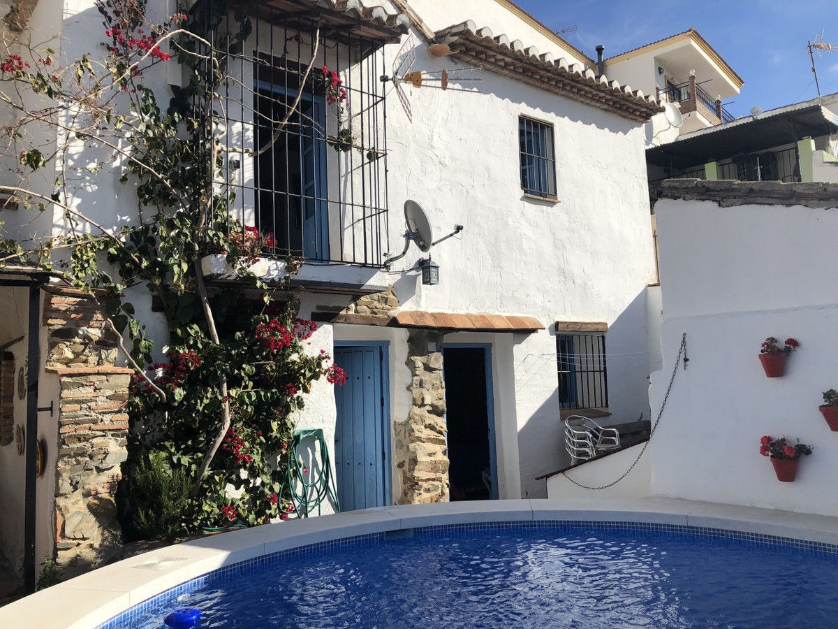 This beautiful townhouse situated on the edge of the Village has all comfort. The farmhouse with aut, Spain