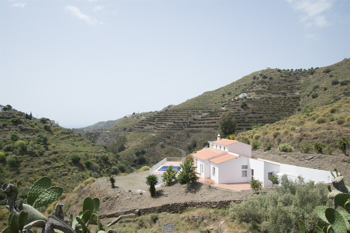 For lovers of the rural life style who do not wish to be too isolated this is a perfect locality. Se, Spain