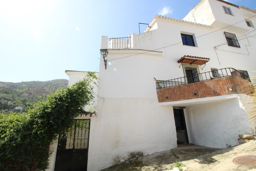 Beautiful townhouse in Cutar with views to the mountains and the village. The main house consists of, Spain