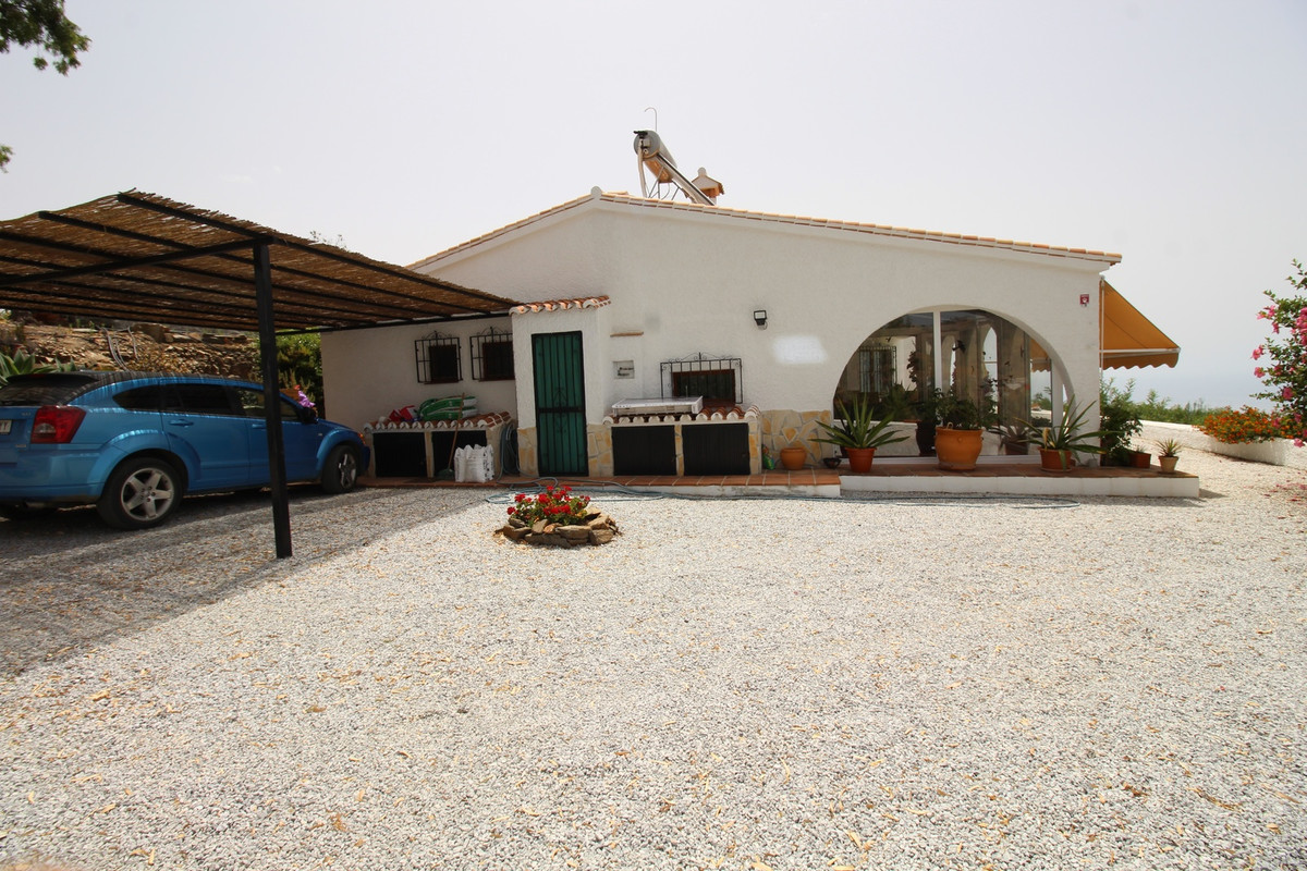 Beautiful property in Sayalonga with sea and mountain views.  The property has a surface made of 171,Spain