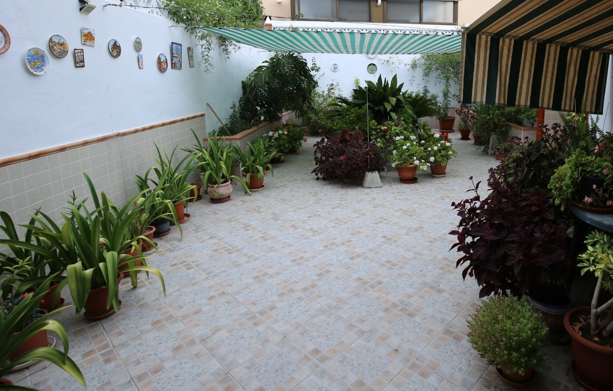 Beautiful townhouse in a very quiet and central area of Velez-Malaga. The house has three floors. Yo,Spain