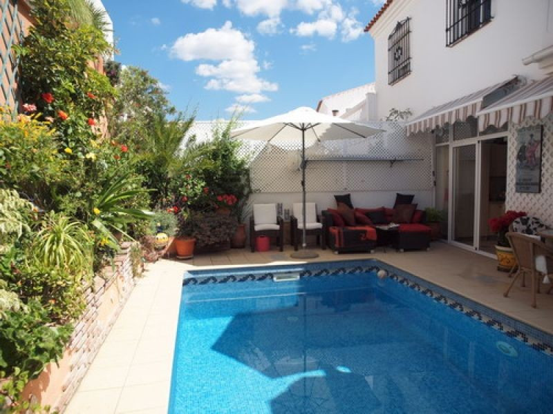 Wonderful cornerhouse to a very good price, located in a quiet urbanisation, with beautiful mountain,Spain