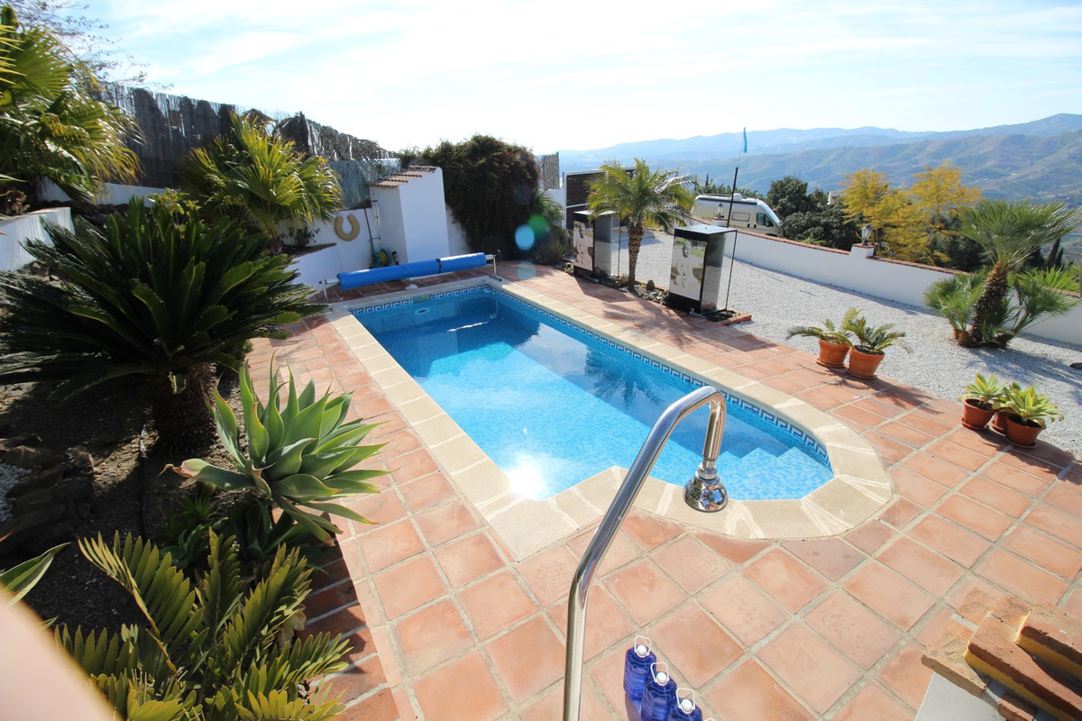Beautiful villa in Benamargosa, with a constructed area of 161 m2 on a plot of 2000 m 2. The villa h,Spain