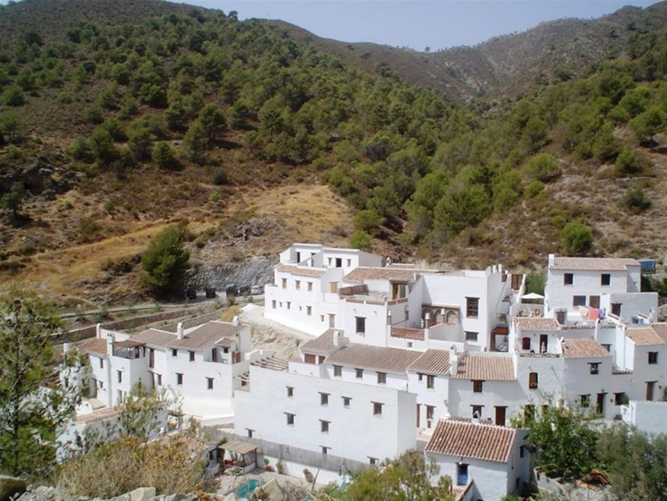 Beautiful townhouse in the absence of complete with views of the mountain facing South in Competa / , Spain