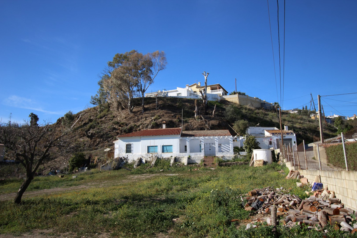 This lovely spacious villa with separate garage has an area of 3500 m² plot and a living area of app,Spain
