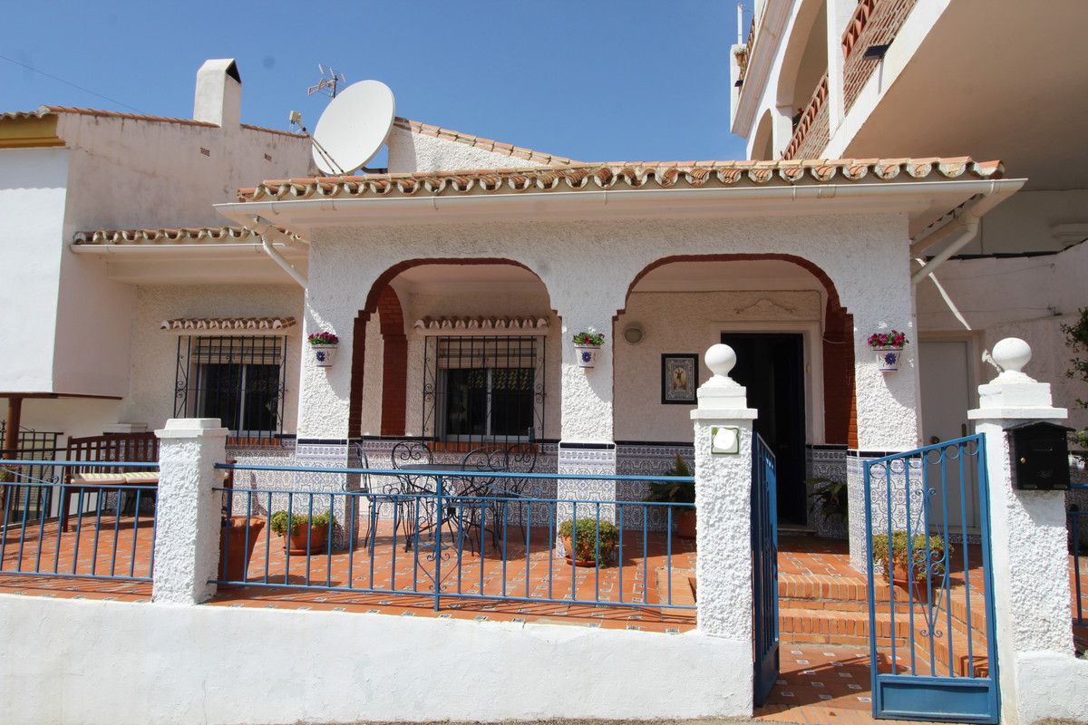 Beautiful detached house near the town of Moclinejo. At the entrance there is a covered terrace that, Spain