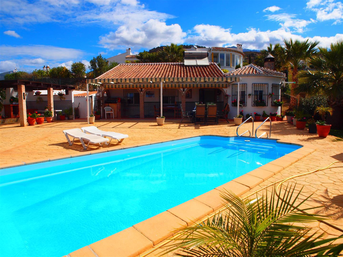 Wonderful finca in Puente Don Manuel, with another plot of 751 M2. The House has a living/dining roo,Spain