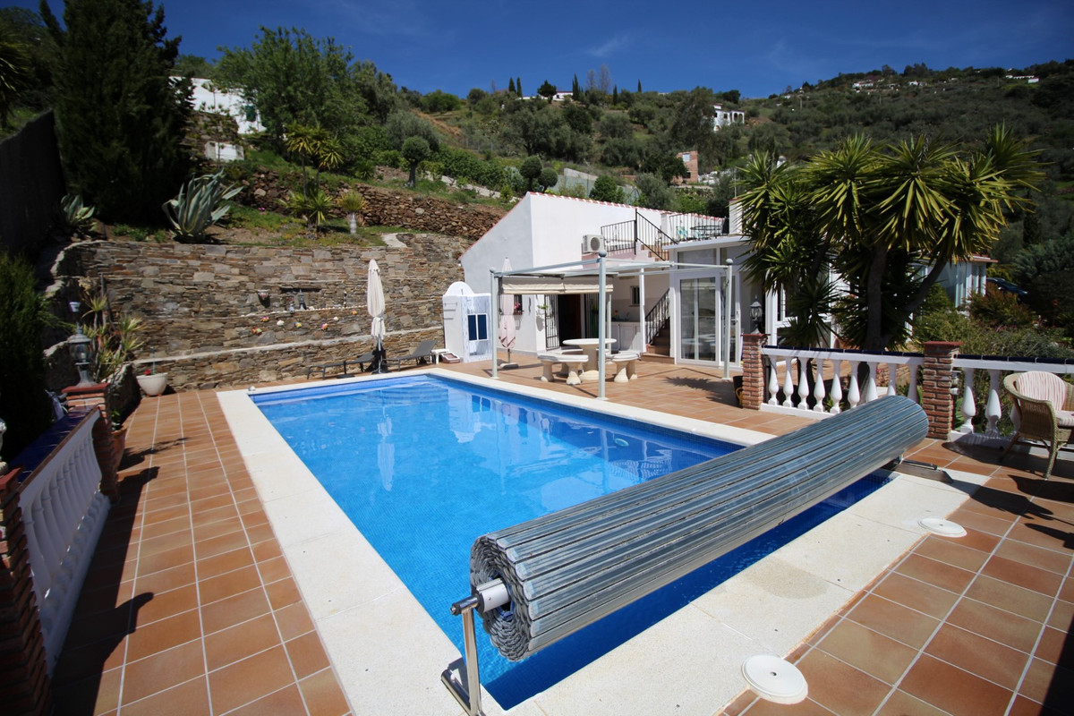 Wonderful villa in Sayalonga. The property has a total of 196 m2 built area on a plot of 5500 m2. It, Spain