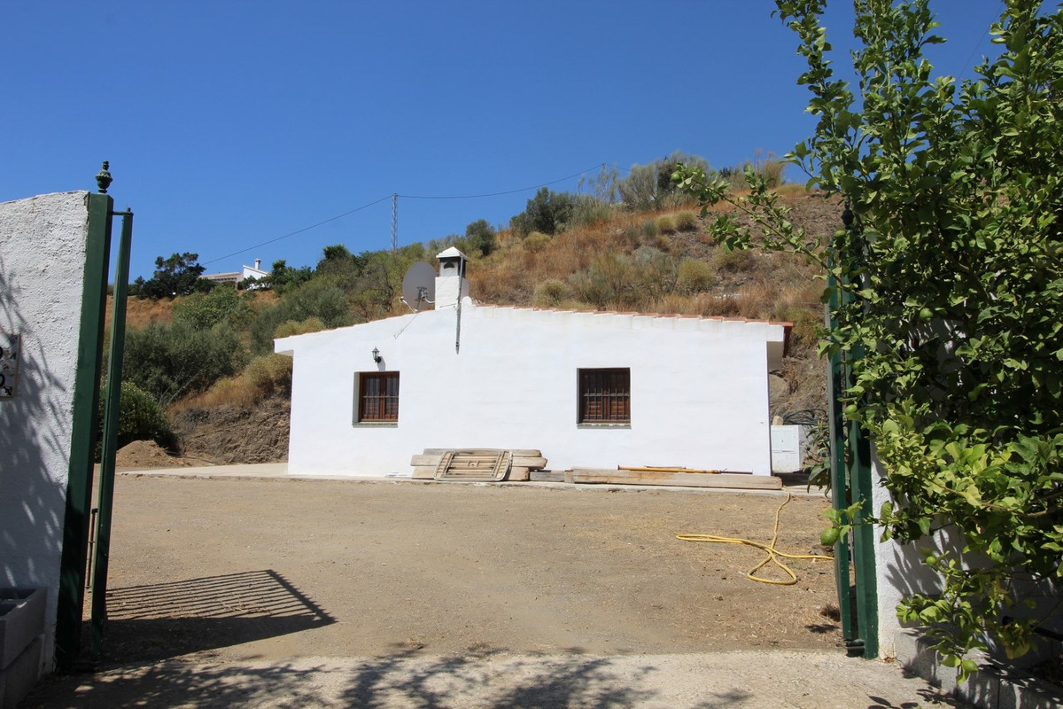 Plot of 2800 m2 in La Vinuela.  The plot has mountain views and boasts a House of 60 m2, built in 20, Spain