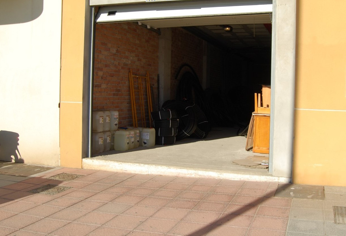 This large warehouse offers plenty of possibilities for private or business use such as car garage, ,Spain