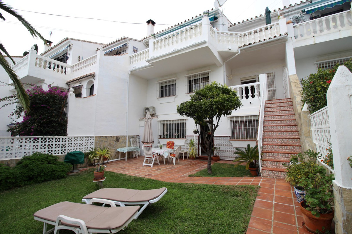 Fantastic townhouse overlooking the pool and the sea in La Caleta. The House is divided into a main ,Spain