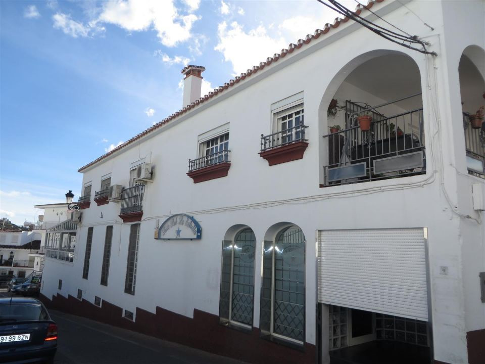 Downtown building in Competa on three floors completely independent. On the first floor there is a f,Spain